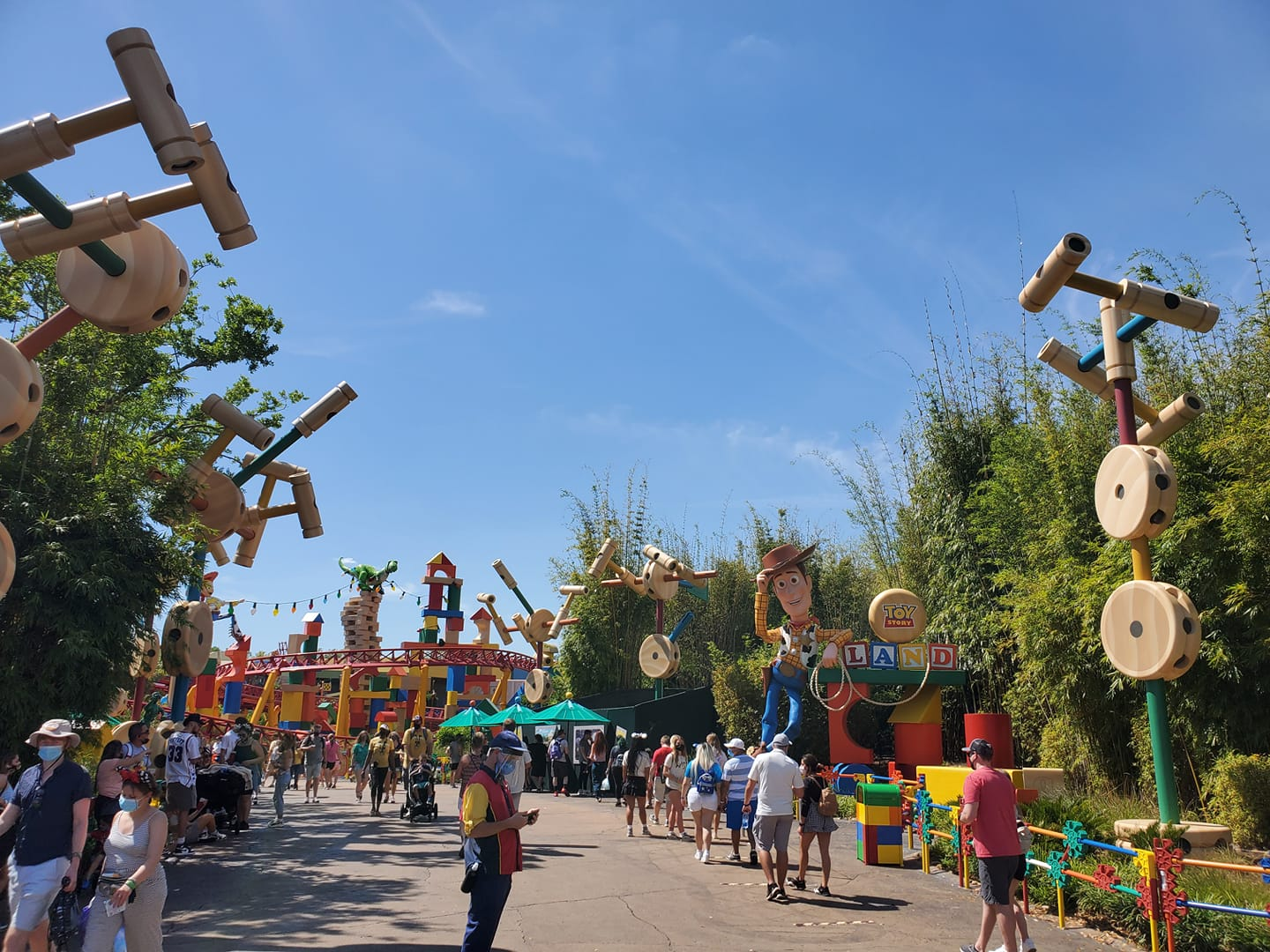 Slinky Dog ride queue with a 45 minute wait approximately